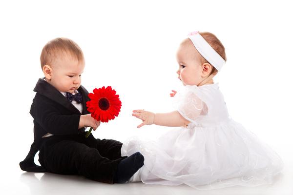 Het verschil tussen jongens en meisjes brabbels - Twee meisjes en een jongen ...